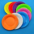 Jedno kolorowe talerzyki papierowe